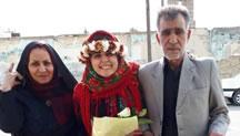 سپيده قليان همراه با پدر و مادر بعد از آزادی از زندان