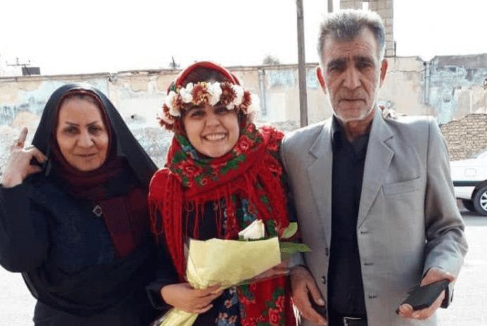 سپیده قلیان همراه با پدر و مادر بعد از آزادی از زندان